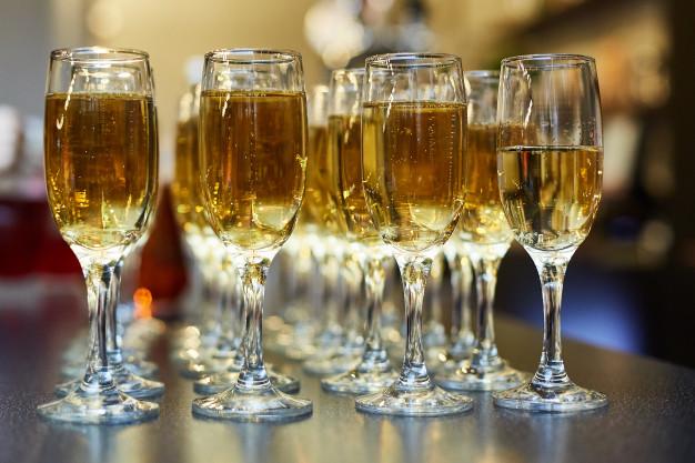 Нажмите на изображение для увеличения.  Название:12-22-23-catering-event-a-buffet-table-with-chilled-champagne-and-a-lot-of-glasses_95018-272.jpg Просмотров:0 Размер:41.5 Кб ID:9126